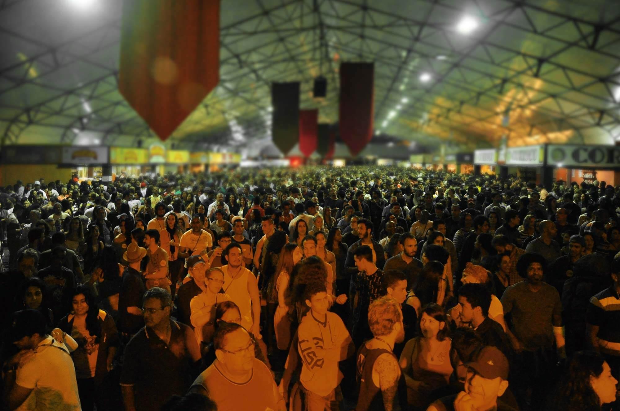 Os galpões lotados durante o Festival da Cachaça, Cultura e Sabores de Paraty